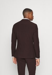 Isaac Dewhirst - THE FASHION SUIT 3 PIECE - Kostym - bordeaux - 3