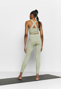 South Beach - SEAMLESS LEGGING - Medias - dessert sage - 2