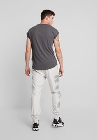 Nike Sportswear - WOVEN  - Træningsbukser - light bone/metallic silver - 2