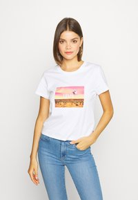 Levi's® - GRAPHIC SURF TEE - T-shirt med print - white - 0