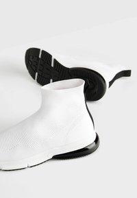 Bershka - MIT ELASTISCHEM SCHAFT  - Sneakersy wysokie - white - 5