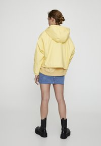 PULL&BEAR - MIT KAPUZE UND TASCHEN - Vodotěsná bunda - yellow - 2