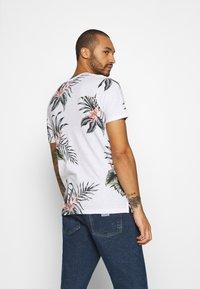 Jack & Jones - JPRHOLIDAY TEE CREW NECK - T-shirt med print - white - 2