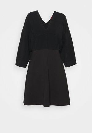 SAGGINA - Pletené šaty - black