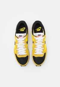 Nike Sportswear - CHALLENGER OG UNISEX - Tenisky - optic yellow/black/bright citron/white/sail - 3