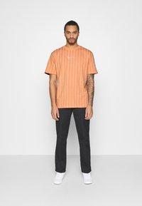 Karl Kani - SMALL SIGNATURE PINSTRIPE TEE UNISEX - Print T-shirt - coral/white - 1