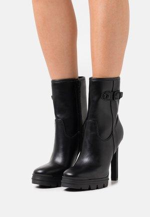 JANIAH - Kotníkové boty na platformě - black