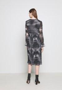 NA-KD - TIE DYE MIDI PLEATED DRESS - Denní šaty - black - 2