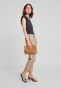 Opus - MELOSA PIN - Trousers - sandshell - 2