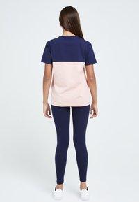 Illusive London Juniors - Print T-shirt - navy & pink - 3