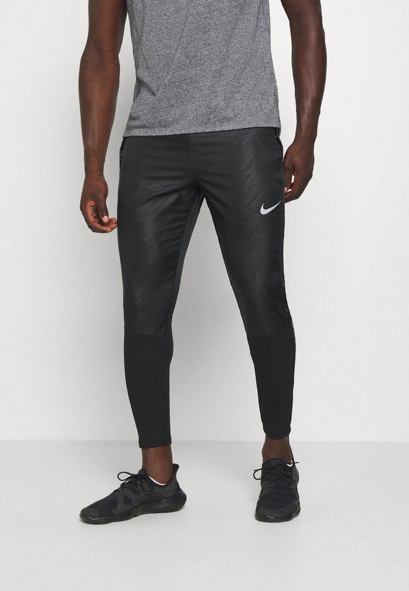 Nike Performance - Teplákové kalhoty - black/reflective silver