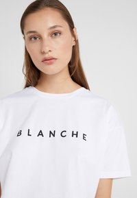 BLANCHE - MAIN LIGHT - T-shirt basique - white - 4