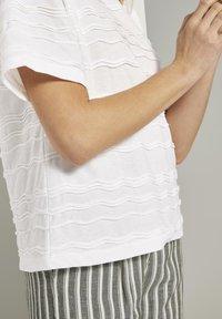 TOM TAILOR - TOM TAILOR T-SHIRT OVERSIZED-T-SHIRT MIT STRUKTURMUSTER - Print T-shirt - whisper white - 4