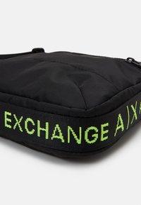 Armani Exchange - CROSSBODY UNISEX - Taška spříčným popruhem - black/lime - 4