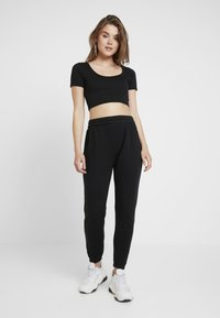 Missguided - CROPPED AND BASIC SET - Pantalon de survêtement - black - 1
