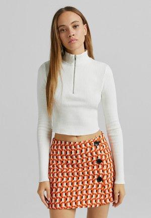IM RETROLOOK MIT KNÖPFEN - Wrap skirt - orange