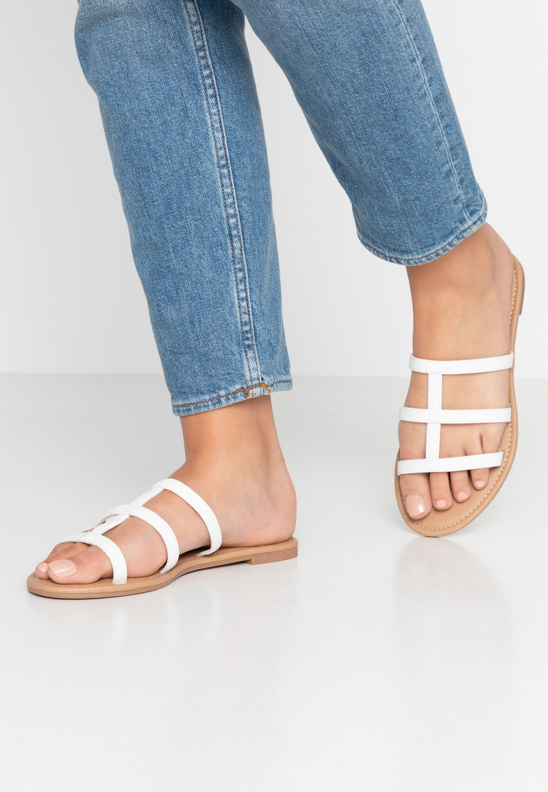 Rubi Shoes by Cotton On - EVERYDAY CAGED SLIDE - Sandalias planas - white