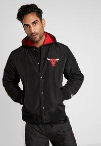 New Era - NBA TEAM LOGO JACKET CHICAGO BULLS - Klubové oblečení - black - 0
