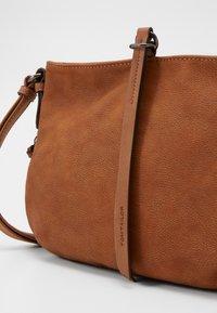 TOM TAILOR - EDDA - Across body bag - cognac - 3