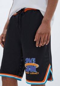 PULL&BEAR - BASKETBALL  SPACE JAM - Sports shorts - mottled black - 3