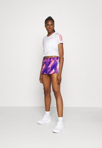 adidas Performance - OWN THE RUN TEE - T-shirts med print - white/signal pink - 1