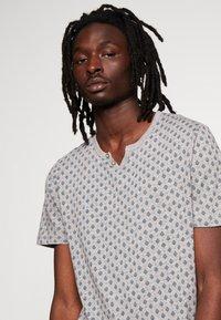 Jack & Jones PREMIUM - JPRBEN SPLIT NECK TEE - Print T-shirt - light grey melange - 4