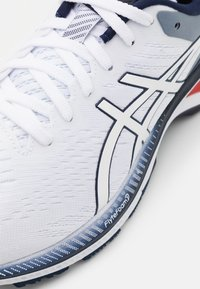 ASICS - GEL KAYANO 27 - Stabilty running shoes - white/peacoat - 5