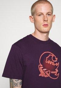 Carhartt WIP - NEON SCORPION - Print T-shirt - boysenberry - 3