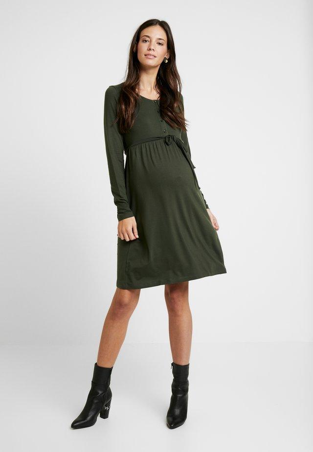 MLSHANA LIA DRESS - Sukienka z dżerseju - climbing ivy