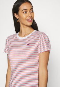 Levi's® - BABY TEE - T-shirts print - pearl poppy red - 4