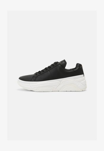 Trainers - black/off white