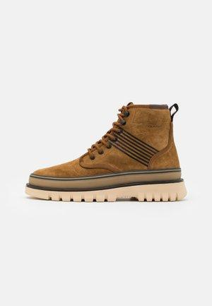 NEBRADA - Šněrovací kotníkové boty - tobacco brown