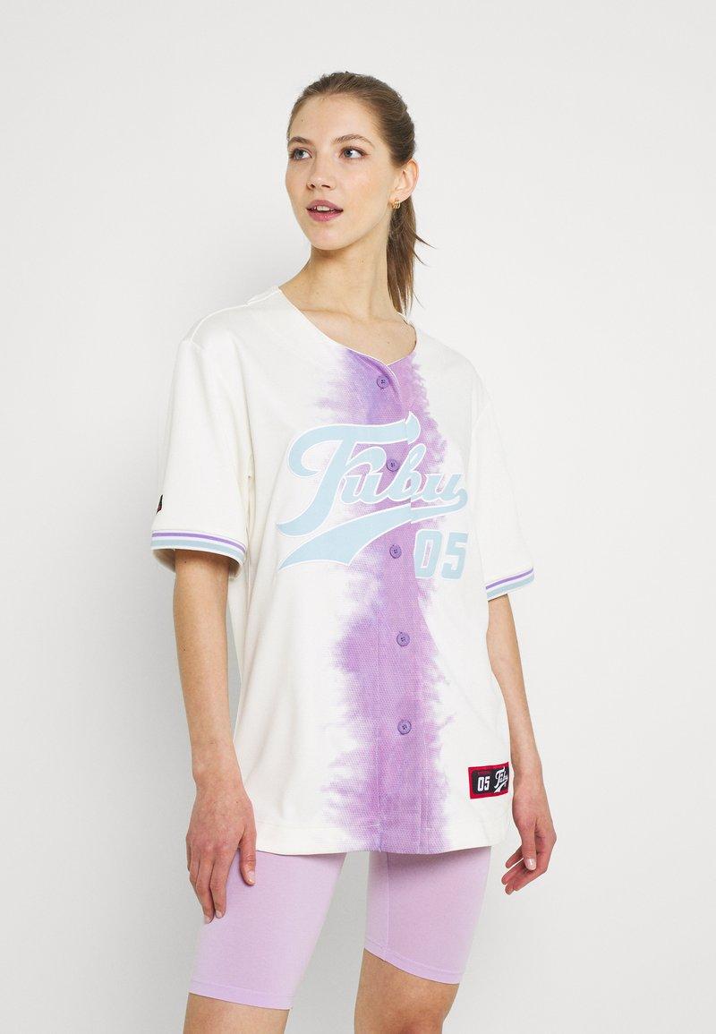 FUBU - VARSITY TIE DYE BASEBALL - T-shirt con stampa - white