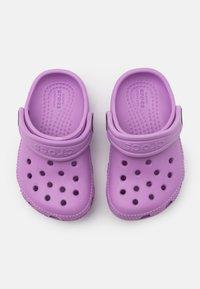 Crocs - CLASSIC - Sandály do bazénu - orchid - 3
