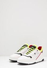 Azzaro - JOGG - Trainers - blanc/noir/jaune - 2