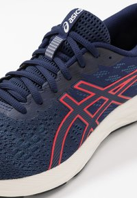 ASICS - GEL-EXCITE 7 - Obuwie do biegania treningowe - peacoat/classic red - 5