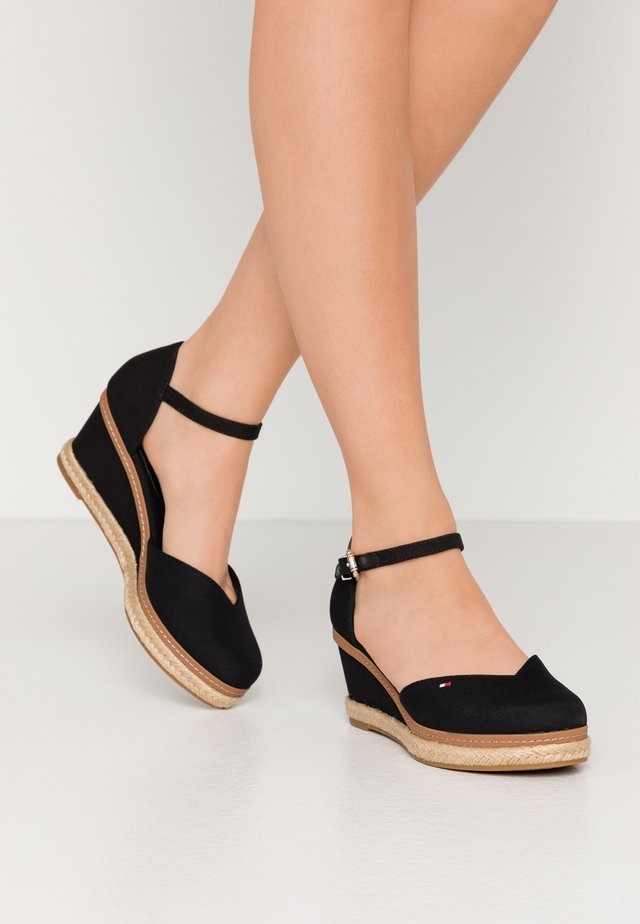 BASIC CLOSED TOE MID WEDGE - Lodičky na klínu - black