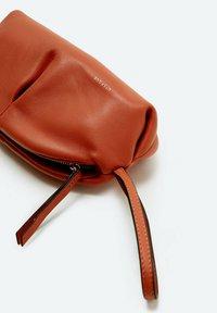 Uterqüe - MIT RAFFUNGEN - Pencil case - orange - 2
