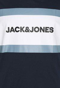 Jack & Jones - JJSHAKE TEE CREW NECK - Print T-shirt - navy blazer - 2
