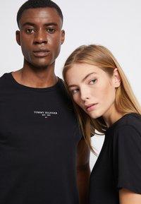 Tommy Hilfiger - LOGO TEE UNISEX - T-shirt con stampa - black - 6