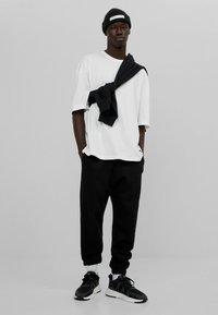 Bershka - OVERSIZED - T-shirt basique - white - 5