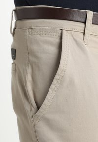 Lindbergh - CLASSIC WITH BELT - Chino - sand - 4