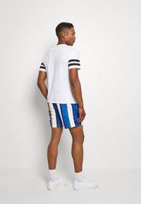 Karl Kani - SIGNATURE STRIPE - Shorts - white/blue - 2