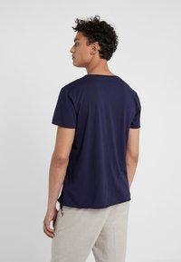 Filippa K - Basic T-shirt - deepwater - 2
