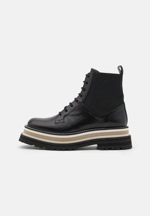 AYACU - Kotníkové boty na platformě - black