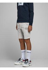 Jack & Jones Junior - Shorts - light grey melange - 2