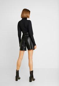 Missguided - JORDAN LIPSCOMBE PU UTILITY SHORT - Shorts - black - 2