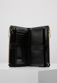 DKNY - BRYANT DOUBLE ZIP CBODY WALLET - Across body bag - black/gold-coloured - 4