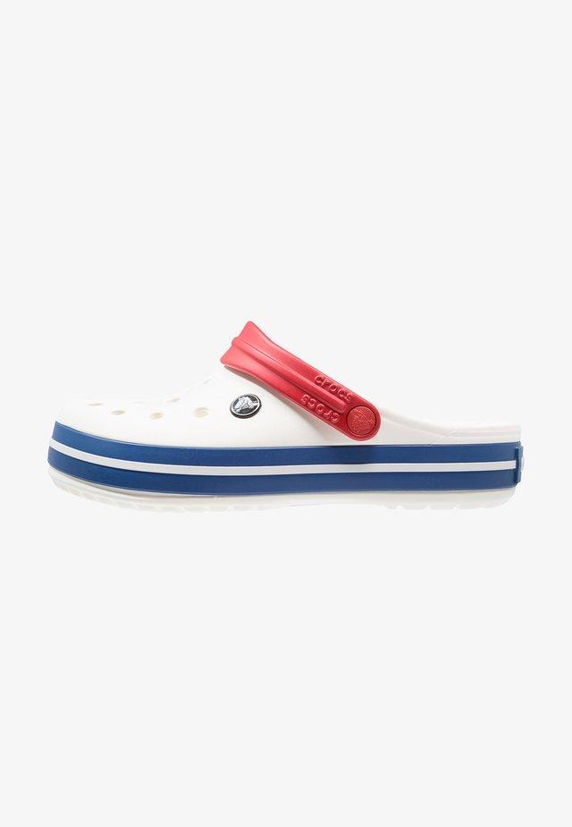 CROCBAND UNISEX - Zuecos - white/blue jean