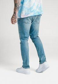 SIKSILK - STEVE AOKI X  - Slim fit jeans - light wash - 4